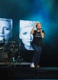 NORILSK RYSSLAND - APRIL 28, 2017: Sångaren Diana Arbenina sjunger på etappen av slotten av kultur i Norilsk Arkivbilder