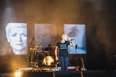 NORILSK RYSSLAND - APRIL 28, 2017: Sångaren Diana Arbenina sjunger på etappen av slotten av kultur i Norilsk Fotografering för Bildbyråer