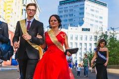Norilsk Ryssland - Juli 20, 2016: Kandidater firar den sista klockan Royaltyfri Bild