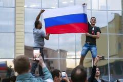 NORILSK RYSSLAND - JULI 1, 2018: Ryska fans firar segern av det ryska nationella fotbollslaget Royaltyfri Foto