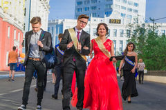 Norilsk Ryssland - Juli 20, 2016: Skolbarn firar avläggande av examen Arkivbilder