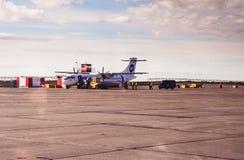 Norilsk Ryssland - Juni 27, 2017: Nivå på landningsbanan av den Norilsk flygplatsen Arkivfoton