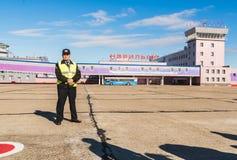 Norilsk Ryssland - Juni 27, 2017 skyddschef på det Norilsk flygfältet Fotografering för Bildbyråer