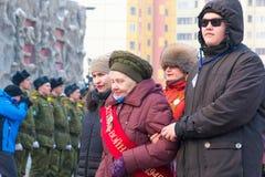 NORILSK RYSSLAND - MAJ 9, 2016: Procession av veteran av det stora patriotiska kriget Arkivfoton