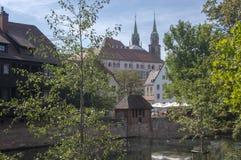 Norimberga/GERMANIA - 17 settembre 2018: Vista pittoresca del fiume Pegnitz a Norimberga con le riflessioni dell'acqua immagine stock libera da diritti