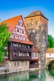Norimberga Germania, vecchia città con la vista delle costruzioni storiche Weinstadel e Henkerturm fotografia stock
