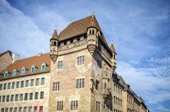 NORIMBERGA: Meridiana medievale sulla parete della casa in vecchia città di Norimberga, Germania Viste della Baviera fotografia stock