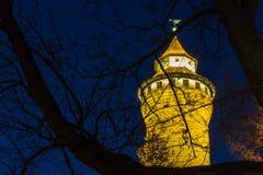 Norimberga (Nuernberg), castello imperiale della Germania-torre alla notte Immagini Stock