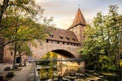 Norimberga, ponte di Schlayer Hallergate sopra il fiume di Pegnitz Franconia, Germania fotografia stock libera da diritti
