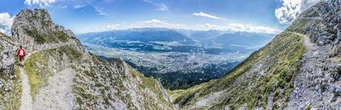 Norkette山的,因斯布鲁克,奥地利远足者 库存照片