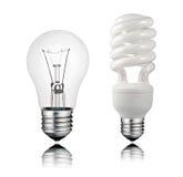 Normaal en Spaarder Lightbulb met Bezinning stock afbeeldingen