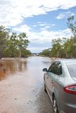 Normal bil som väntar på den översvämmade vägen Royaltyfria Bilder