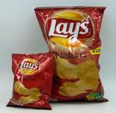 Normal påse och mini- påse av Lays naturliga chiper arkivfoton