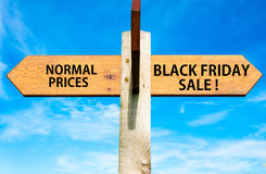 Normale Prijzen tegenover Black Friday-verkoopberichten, Verkoop conceptueel beeld Royalty-vrije Stock Foto's