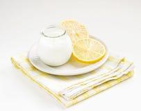 Normaler Joghurt in einem Glas mit Zitrone Stockbild