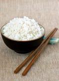 Normaler weißer Reis mit Ess-Stäbchen Stockfoto