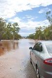 Normales Auto, das an überschwemmter Straße wartet Lizenzfreie Stockbilder