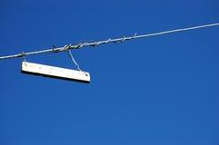 Normales weißes Zeichen gegen einen blauen Himmel Stockbild