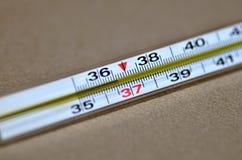 Normalna temperatura na termometrze obrazy stock