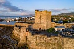 Norman kasteel in Carrickfergus dichtbij Belfast Stock Afbeeldingen