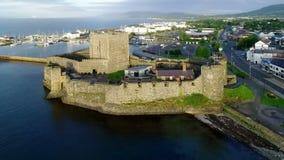 Norman kasteel en jachthaven in Carrickfergus dichtbij Belfast, Noord-Ierland, het UK stock videobeelden