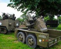 Normandie Frankrike; 4 Juni 2014: Normandie Frankrike; 4 Juni 2014: Tappning U S lastbil för armé som WWII är luftvärns- på skärm royaltyfria bilder