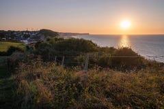 Normandie-Küstensonnenuntergangansicht von Klippen wässern und grasartiger Hügel in Frankreich stockbild
