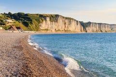 Normandie kust med vita klippor Arkivfoto