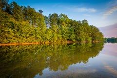 Normando del lago en la puesta del sol, en el parque de Parham en Davidson, Carolin del norte imágenes de archivo libres de regalías
