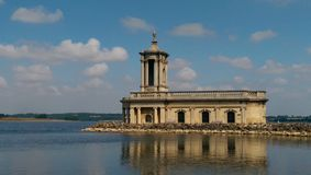 Normanton Kirche auf Rutland Wasser lizenzfreies stockbild