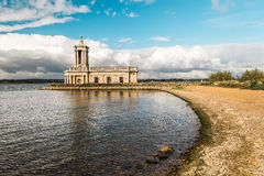Normanton-Kirche in Rutland Water Park, England Lizenzfreies Stockfoto