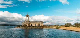 Normanton-Kirche in Rutland Water Park, England stockbild