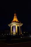 Norodom shihanouk国王雕象在晚上 免版税库存照片