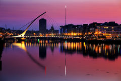 Norr bank av floden Liffey på Dublin City Center på natten Arkivbild