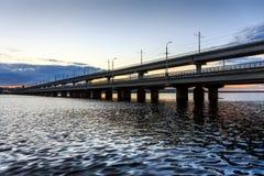 Norr bro - motorisk bro i den Voronezh staden, Ryssland till och med behållaren Solnedgång, flod eller sjö för kopieringsutrymme Royaltyfri Foto