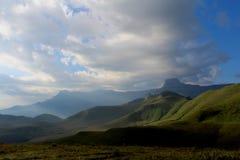 Norr Drakensberg och himmel Arkivbilder