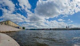 Norr Europa, St Petersburg, Leningrad, Neva River, Ryssland panorama Royaltyfri Foto