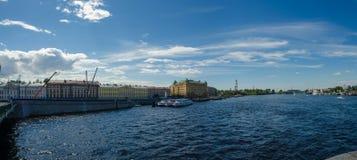 Norr Europa, St Petersburg, Leningrad, Neva River, Ryssland panorama Royaltyfri Fotografi