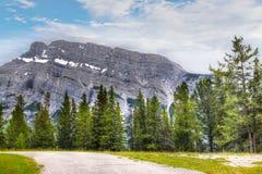 Norr framsida av monteringen Rundle i den Banff nationalparken Arkivbilder