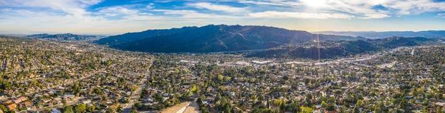 Norr Hollywood Burbank Glendale Pasadena som är flyg- i hus för stad för Los Angeles huvudvägberg, Kalifornien royaltyfri bild