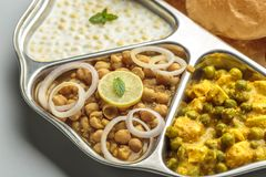 Norr indisk mat tjänade som i en platta eller en thali fotografering för bildbyråer