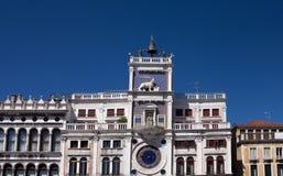 Norr Italien, Venedig, klockatorn av St Mark, St Mark fyrkant som dekoreras med skulptur av bevingade lejon Royaltyfri Fotografi