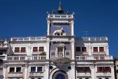 Norr Italien, Venedig, klockatorn av St Mark, St Mark fyrkant som dekoreras med skulptur av bevingade lejon Royaltyfria Bilder