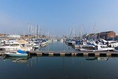 Norr kajmarina Weymouth Dorset UK med fartyg och yachter på en lugna sommardag Arkivbild