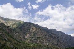 Norr Kaukasus Elbrus region, berg och moln Arkivfoton