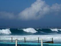 Norr Narrabeen vaggar pölen och surfar arkivfoto