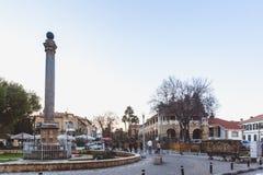 Norr Nicosia, turkisk republik av nordliga Cypern - Februari 27, 2019: Venetian kolonn på den Sarayonu fyrkanten i nord fotografering för bildbyråer