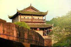 Norr porttorn och Tuojiang flod i Fenghuang, Hunan landskap, Kina Arkivbild