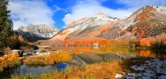 Norr sjö i Sierra Nevada berg arkivbilder