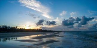 Norr solnedgång för Straboke östrand arkivbild